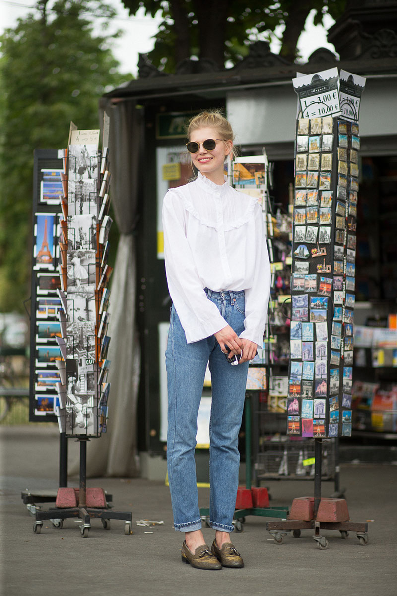 80bc85b7 Bwog » In Defense Of Mom Jeans (And What Differentiates Them From Dad Jeans  And Boyfriend Jeans)